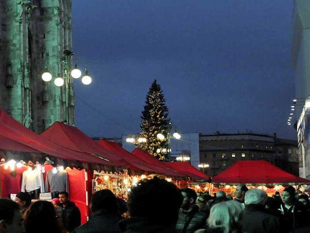 Milan: Piazza del Duomo hosts traditional market