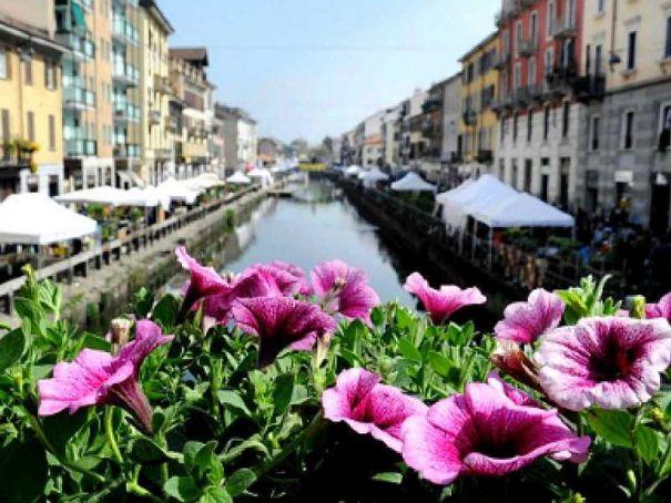 Naviglio market greets Spring in Milan