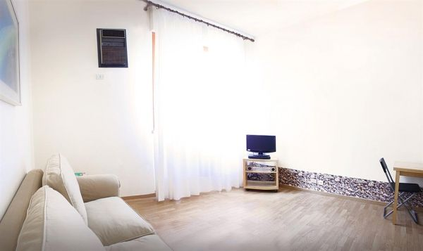 Studio apartment, ideal for one, good central location, available now - image 3