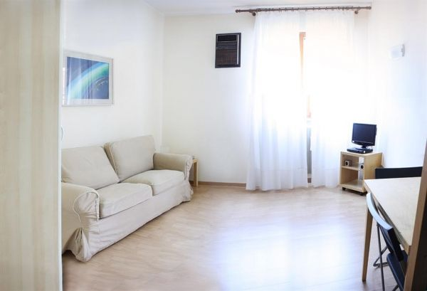 Studio apartment, ideal for one, good central location, available now - image 2