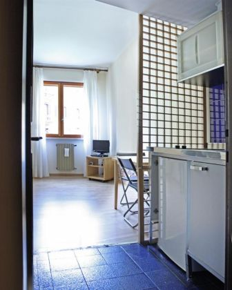 Studio apartment, ideal for one, good central location, available now - image 4